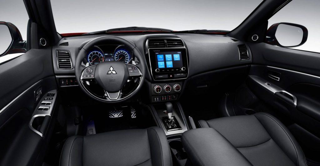 Cockpit avant du Mitsubishi RVR 2020-2021 incluant son tableau de bord avec toutes ses technologies