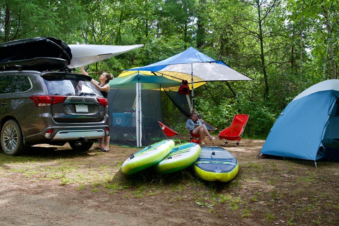 vue arrière du Mitsubishi Outlander PHEV 2022 sur un site de camping