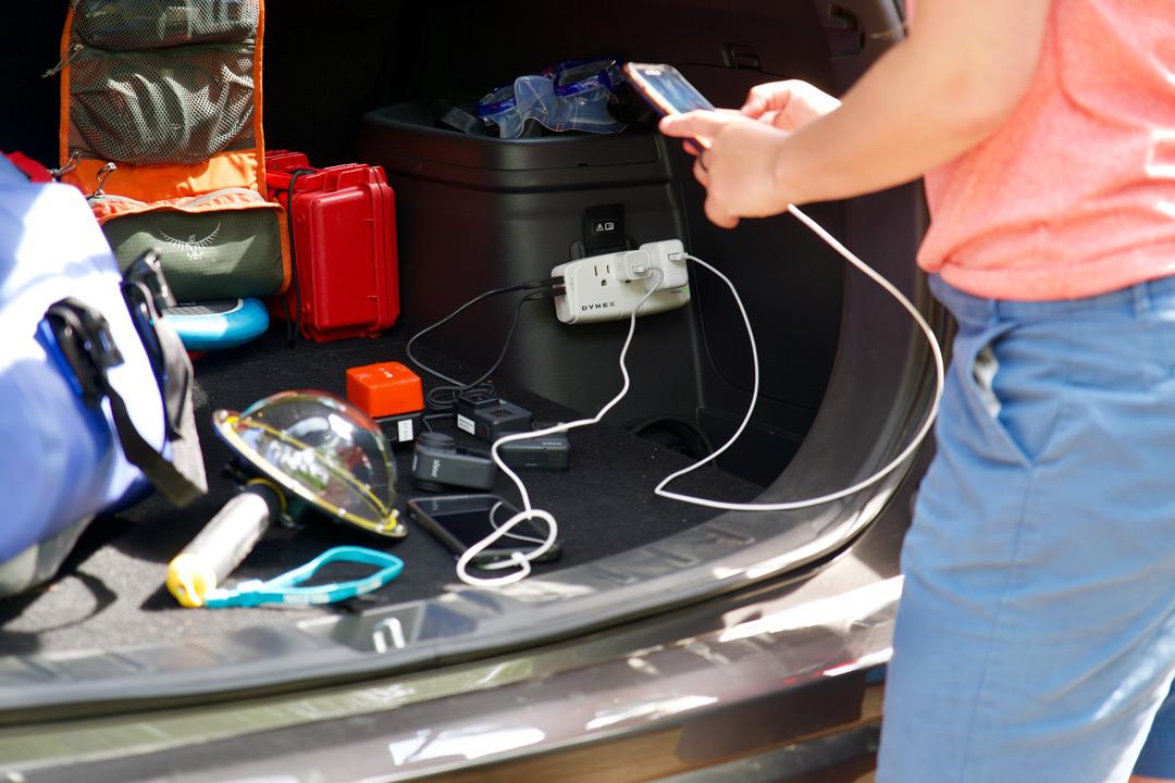 vue du coffre ouvert du Mitsubishi Outlander PHEV 2022 et de sa prise électrique disponible