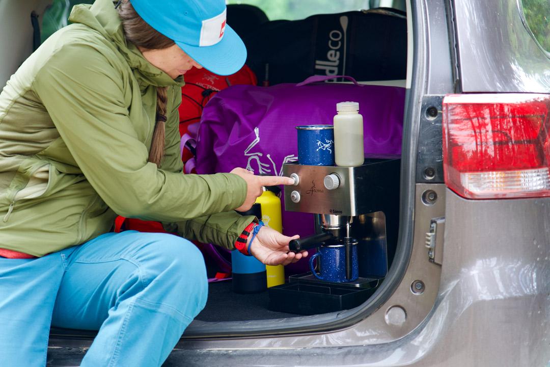 vue du coffre ouvert du Mitsubishi Outlander PHEV 2022 avec une machine espresso branchée à la prise électrique de 1500W